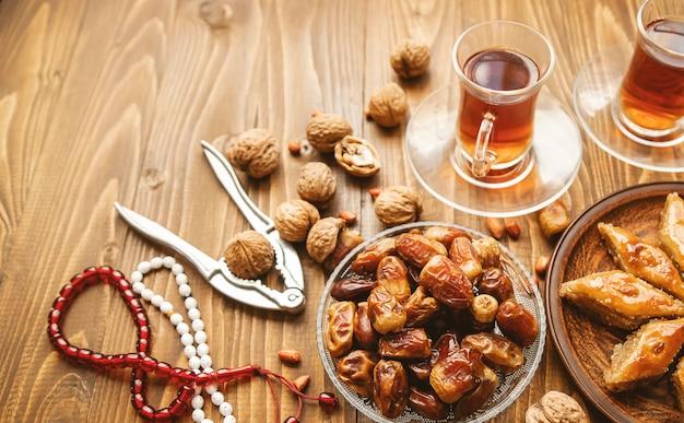 Dadels, rozenkransen en baklava. ramadan. selectieve aandacht.