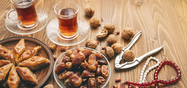 Dadels, rozenkransen en baklava. ramadan.