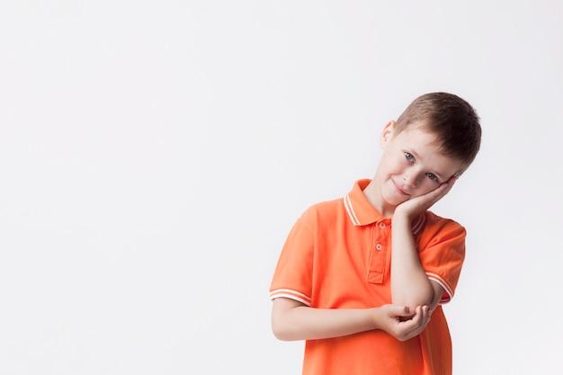 Dag die onschuldige jongen dromen die camera tegen witte achtergrond bekijken