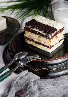 Dag en nacht cake met room en walnoot versierd met bruine en witte cake crumbles