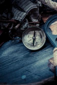 Dag van columbus en wereldkaart met kompas
