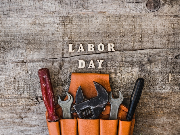 Dag van de arbeid. handgereedschap en houten letters