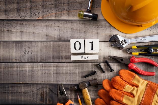 Dag van de arbeid, veel handige tools op houten achtergrondstructuur.
