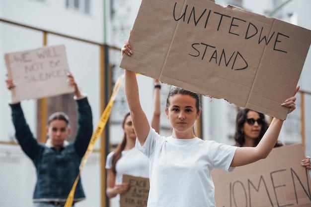 Dag van opstand. een groep feministische vrouwen protesteert buitenshuis voor hun rechten