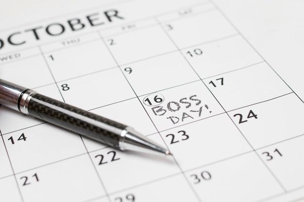 Dagarrangement van hoge hoek baas op kalender