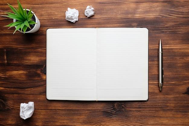 Dagboek open op een houten tafelblad bekijken
