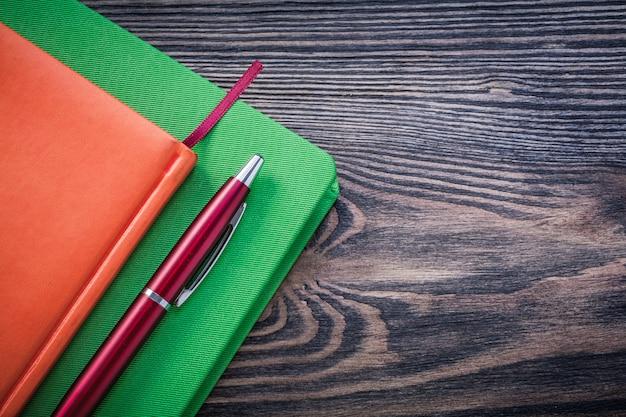 Dagboekboeken brio pen op een houten bord