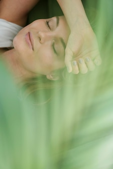 Dagdromen vrouw en wazig kamerplant