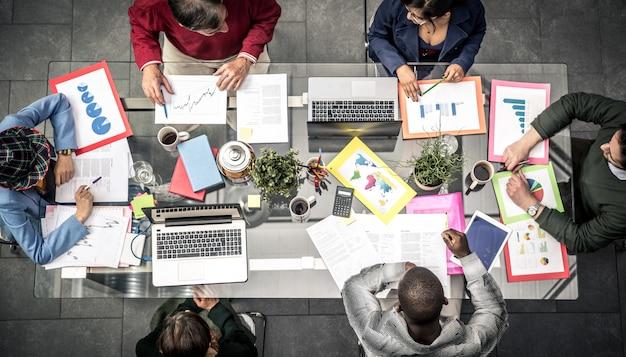 Dagelijkse kantoorlevensstijl. commercieel team op het werk