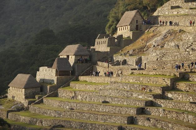 Dageraad in de huizen van de ruïnes van machu picchu. peru