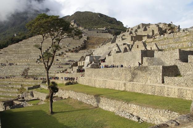 Dageraad in de ruïnes van machu picchu. peru