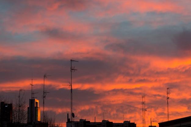 Dageraad met felle kleuren over de stad madrid