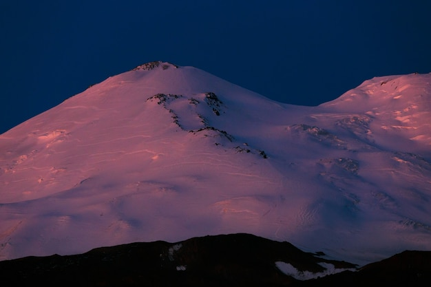 Dageraad over de oostelijke top van de berg elbrus