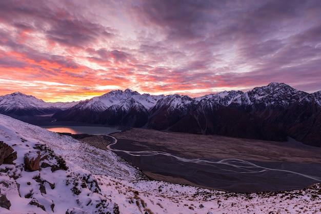 Dageraadwolk boven burnett mountains en tasman valley aoraki mount cook national park
