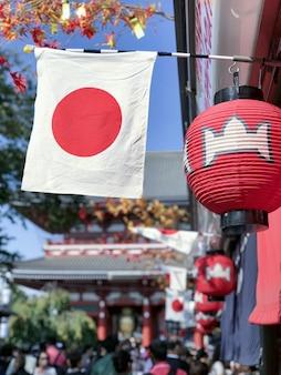 Daglichtmening aan de vlag van het land en traditionele ornamenten, tokyo, japan