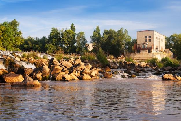 Dagoverzicht van dam bij ebro-rivier. logrono