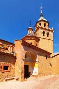 Dagoverzicht van de kerk in albarracin