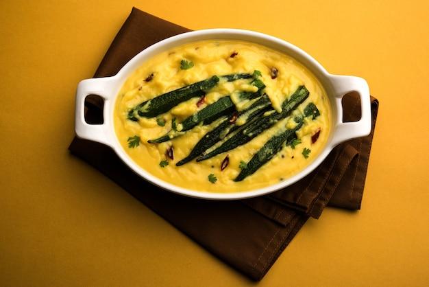 Dahi bhindi of okra in yoghurt jus, geserveerd in een kom of karahi, selectieve focus