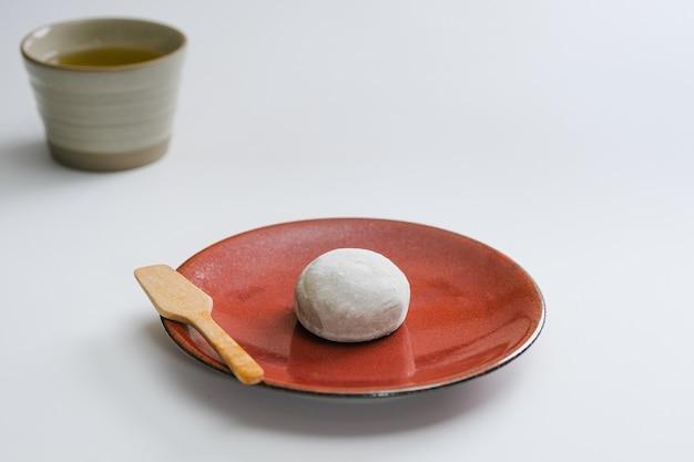 Daifukumochi of daifuku. een japanse lekkernij bestaande uit een kleine ronde mochi gevuld met een zoete vulling.