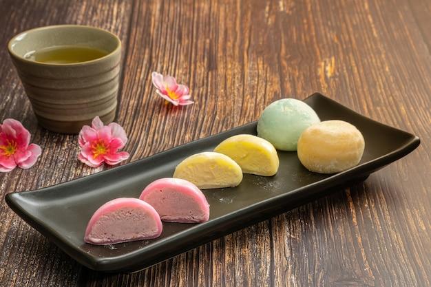 Daifukumochi, of daifuku, is een japanse lekkernij die bestaat uit een kleine ronde mochi gevuld met zoete vulling, japanse traditionele zoetigheden.
