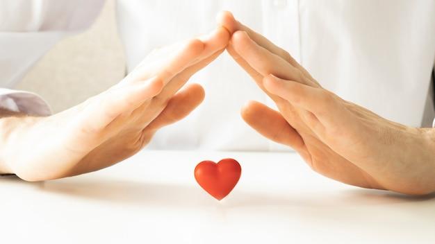 Dak boven een klein hart op een tafel dichten.