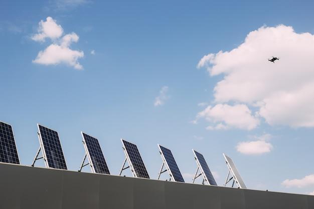 Dak met zonnepanelen. groene stroom, hernieuwbare alternatieve energie
