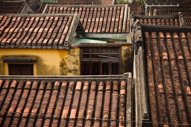 Dak van de oude stad in vietnam bedekt met tegels van klei. hoian is unesco-werelderfgoed