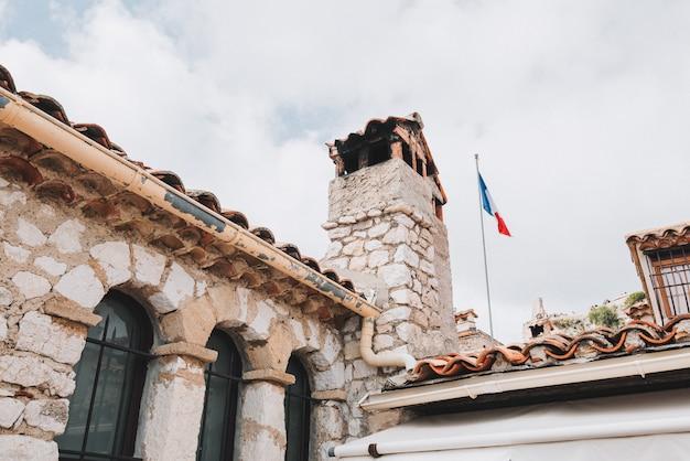 Dak van een oud middeleeuws gebouw in een dorp dichtbij nice, frankrijk