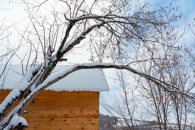 Dak van het landhuis is bedekt met sneeuw