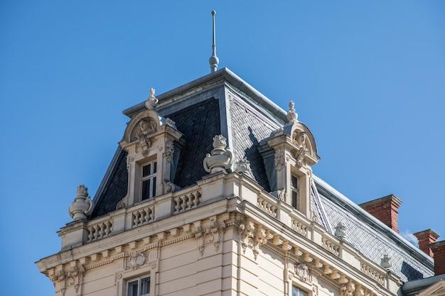 Dak van het oude gebouw voor blauwe hemel in dagtijd