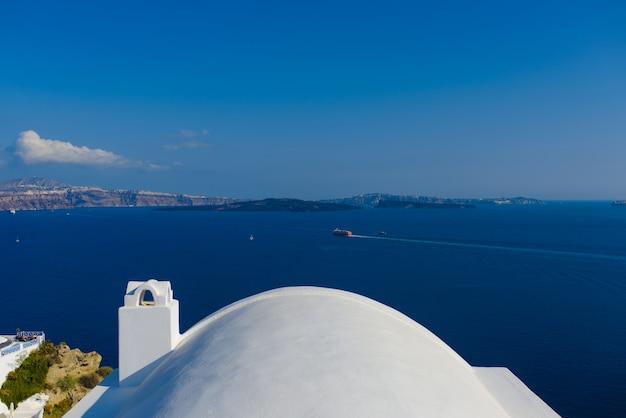 Dak van hotels op de achtergrond van de middellandse zee op het eiland santorini, oia dorp.