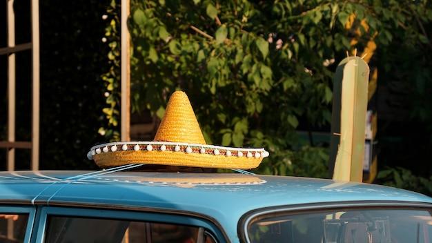 Dak van retro auto mexicaanse hoed op het dak van de autotentoonstelling van retro auto's