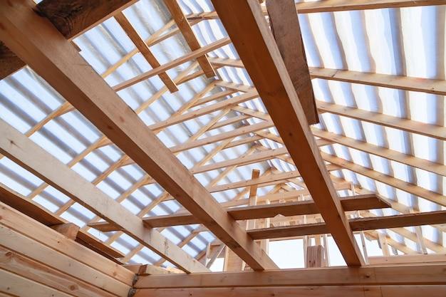 Dakbedekking. houten dakframe woningbouw