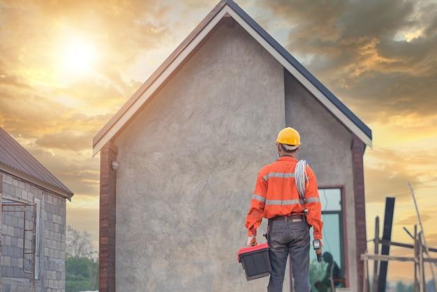 Dakdekker bouwvakker installeert nieuw dak, dakbedekkingsgereedschap, elektrische boor gebruikt op nieuwe daken met metalen plaat.