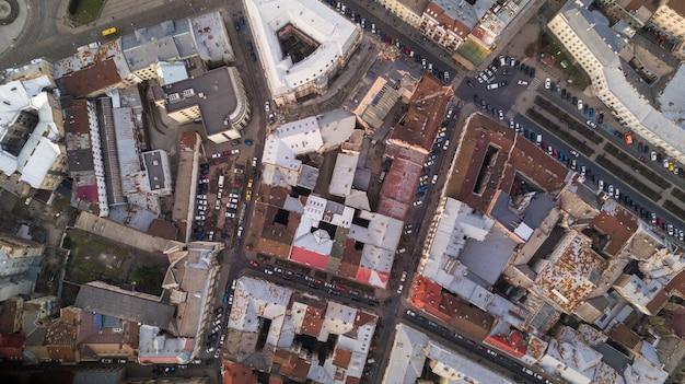 Daken van de oude stad in lviv in oekraïne gedurende de dag. de magische sfeer van de europese stad. landmark, het stadhuis en het centrale plein. luchtfoto.
