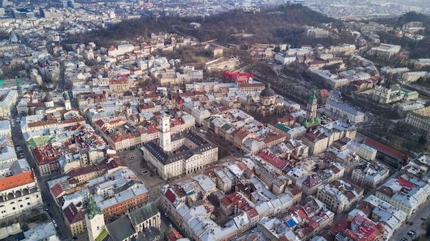 Daken van de oude stad in lviv in oekraïne gedurende de dag. de magische sfeer van de europese stad. landmark, het stadhuis en het centrale plein.