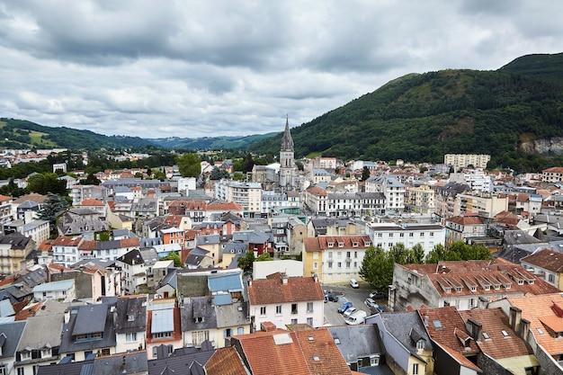 Daken van gebouwen en de kerk van het heilig hart in lourdes, frankrijk.