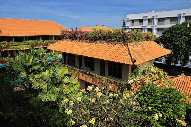 Daken van het gebouw in de stad denpasar