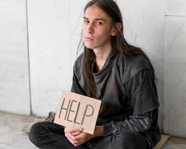 Dakloze die om hulp smeekt