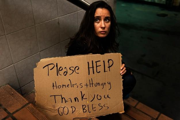 Dakloze hongerige vrouw vragen om hulp