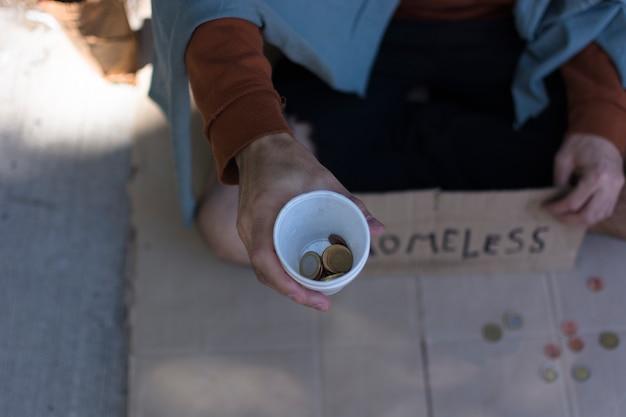 Dakloze man bedelen voor geld bovenaanzicht