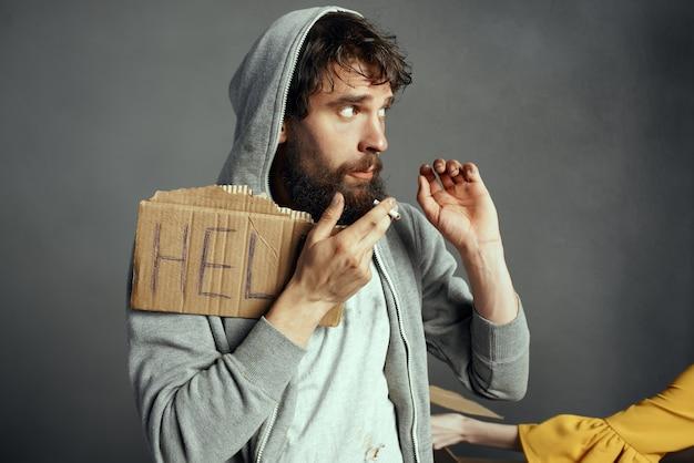 Dakloze man met teken help depressie ontevredenheid. hoge kwaliteit foto