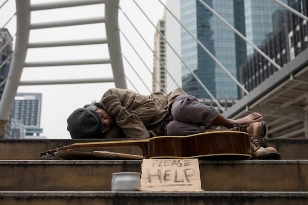 Dakloze man slaapt en wordt verkouden in de winter
