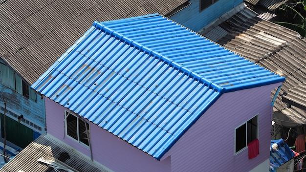 Dakpannen en gemaakt van keramiek en metaal materiaal en bovenaanzicht hoek.