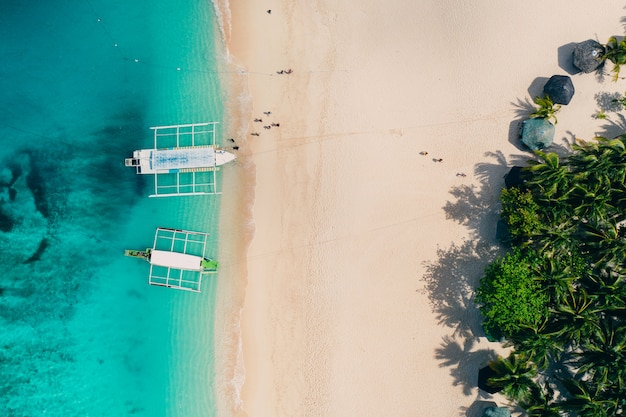 Daku eiland uitzicht vanuit de lucht. man ontspannen met zonnebaden op het strand. foto genomen met drone boven de prachtige scène. concept over reizen, natuur en mariene landschappen