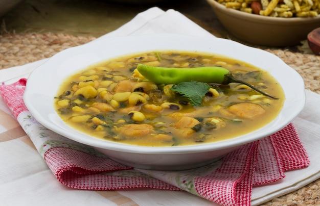 Dal dhokali - indiaas gerecht gemaakt met kanariebonen, moong dal en tarwebloem