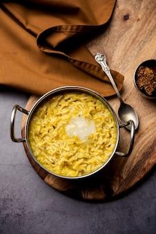 Dal khichdi fry met ghee geserveerd in een kom. lekkere indiase eenpansmaaltijd. selectieve focus