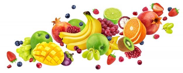 Dalende fruitsalade geïsoleerd op wit met uitknippad, vliegende vruchten en bessen collectie