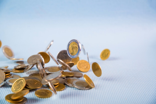 Dalende munten geld op blauwe achtergrond