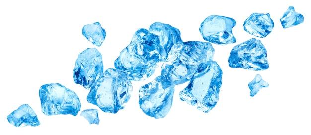 Dalende stukken van ijs, hoop van verpletterd die ijs op witte achtergrond wordt geïsoleerd